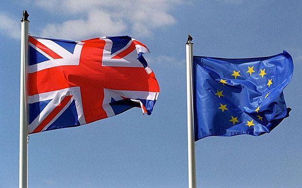 أعلام كلا من بريطانيا والاتحاد الأوروبي