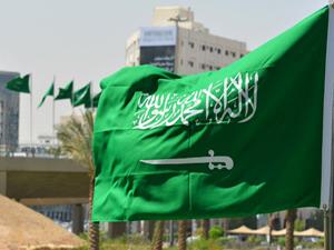 السعودية: رفع منع التجول كلياً اعتبارا من اليوم والسماح بعودة جميع الأنشطة الاقتصادية والتجارية واستمرار تعليق العمرة والزيارة والرحلات الدولية thumbnail
